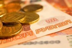 Комплект русского рубля чеканит класть на русские банкноты Русский конец валюты вверх Стоковая Фотография
