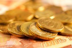 Комплект русского рубля чеканит класть на русские банкноты Русский конец валюты вверх Стоковое Изображение