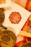 Комплект русского рубля чеканит класть на русские банкноты Русский конец валюты вверх Стоковые Изображения RF