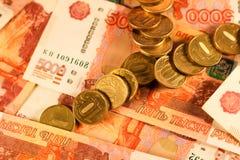 Комплект русского рубля чеканит класть на русские банкноты Русский конец валюты вверх Стоковые Фотографии RF