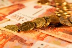 Комплект русского рубля чеканит класть на русские банкноты Русский конец валюты вверх Стоковые Фото