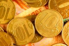 Комплект русского рубля чеканит класть на русские банкноты Русский конец валюты вверх Стоковое Изображение RF