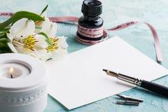 Комплект ручки с освещенной свечой, бумагой, fowers Стоковое Изображение RF