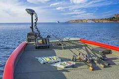 Комплект рыболовных снастей и fishfinder, echolot, звуколокация на шлюпке Закручивая штанги с вьюрками Стоковое фото RF