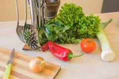 Комплект свежих овощей изолированных на деревянной предпосылке таблицы Красное backgro болгарского перца Стоковое Фото