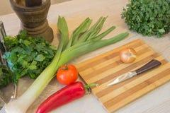 Комплект свежих овощей изолированных на деревянной предпосылке таблицы Красное backgro болгарского перца Стоковое Изображение