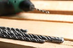 Комплект сверл и деревянных доск в мастерской ` s плотника Стоковая Фотография RF