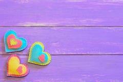 Комплект сердец войлока дня валентинок Милое оформление сердца войлока на деревянной предпосылке с пустым космосом для текста Орн Стоковая Фотография RF