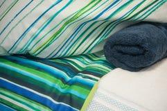 комплект сини постельного белья и свернутого полотенца ванны в магазине Стоковое Изображение RF