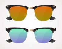 Комплект солнечных очков и wayfarer eyeglasses изолированный объектив формирует, коричневого цвета и сини, Стоковое фото RF