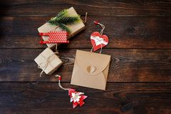 Комплект состава рождества коробок kraft подарка с оформлением ели, скелетонов и сердца на деревянной предпосылке Плоское положен Стоковое Изображение RF