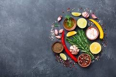 Комплект специй и трав на черном каменном взгляде столешницы Ингридиенты для варить еда вареников предпосылки много мясо очень стоковые фото
