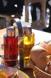 Комплект специй на таблице в напольном кафе Стоковые Фотографии RF