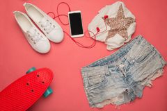 Комплект способа Скейтборд и шорты и футболка Стоковые Изображения RF
