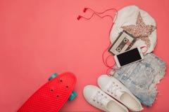 Комплект способа Скейтборд и шорты и футболка Стоковые Фото