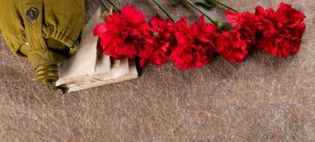 Комплект старой помечает буквами, с гвоздиками и склянкой, на предпосылке текстуры с надписью Стоковое Фото