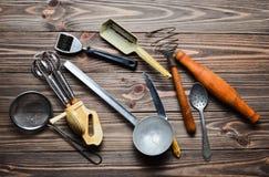 Комплект старых инструментов и столового прибора кухни на деревянном столе Год сбора винограда варя в кухне Взгляд сверху Стоковое Изображение