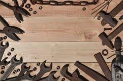Комплект старых и ржавых инструментов лежит на деревянном столе в работах Стоковое Фото