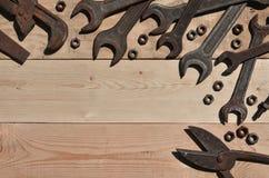 Комплект старых и ржавых инструментов лежит на деревянном столе в работах Стоковая Фотография RF