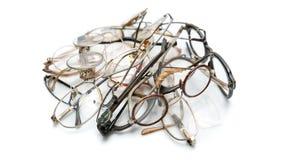 Комплект старых сломанных eyeglasses на белой предпосылке Движение для создает место для текста, формата знамени 16x9 Стоковое Фото