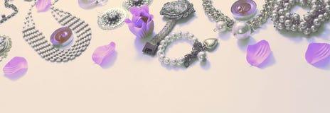 Комплект сюрреализма знамени ювелирных изделий ` s женщин в винтажных серьгах цепи браслета жемчуга камеи ожерелья стиля на белой Стоковые Фотографии RF