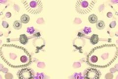 Комплект сюрреализма ювелирных изделий ` s женщин в винтажных серьгах цепи браслета жемчуга камеи ожерелья стиля на белой предпос Стоковые Фото