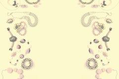 Комплект сюрреализма ювелирных изделий ` s женщин в винтажных серьгах цепи браслета жемчуга камеи ожерелья стиля на белой предпос Стоковое Изображение