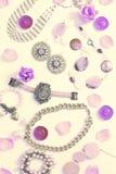 Комплект сюрреализма ювелирных изделий ` s женщин в винтажных серьгах цепи браслета жемчуга камеи ожерелья стиля на белой предпос Стоковое Фото