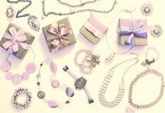Комплект сюрреализма ювелирных изделий ` s женщин в винтажных серьгах цепи браслета жемчуга камеи ожерелья стиля на белой предпос Стоковые Изображения