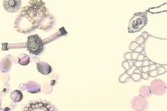 Комплект сюрреализма ювелирных изделий ` s женщин в винтажных серьгах цепи браслета жемчуга камеи ожерелья стиля на белой предпос Стоковые Фотографии RF