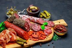 Комплект традиционной итальянской закуски мяса Салями, ветчина, оливки, каперсы стоковая фотография