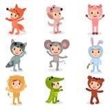 Комплект характеров маленьких ребеят шаржа в животном костюмирует лису, щенка, свинью, енота, мышь, зайчика, льва, крокодила и иллюстрация штока