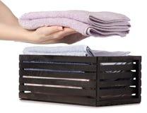 Комплект цвета полотенец в ванне коробки в руке Стоковая Фотография