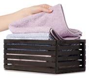 Комплект цвета полотенец в ванне коробки в руке Стоковые Изображения