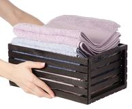 Комплект цвета полотенец в ванне коробки в руке Стоковое фото RF