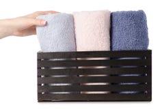 Комплект цвета полотенец в ванне коробки в руке Стоковые Фото