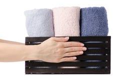 Комплект цвета полотенец в ванне коробки в руке Стоковое Изображение RF