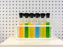 Комплект цветов и химиката с оборудованием лаборатории в белой пластмассе Стоковая Фотография RF