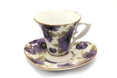 Комплект чашки и поддонника чая с фиолетовой флорой печатает Стоковая Фотография