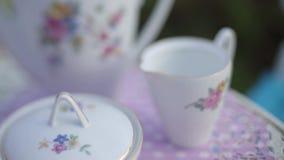 Комплект чая на таблице на таблице лета видеоматериал