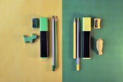 Комплект школьных принадлежностей на зеленой и желтой предпосылке Стоковые Изображения RF