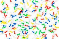 Комплект штырей нажима в других цветах рамка канцелярских кнопок на whi стоковые изображения rf