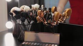 Комплект щеток для состава на таблице в уборной Индустрия моды Модный парад кулуарный акции видеоматериалы