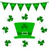 Комплект элементов дизайна вектора дня ` s St. Patrick Зеленая шляпа с клеверами и малыми флагами на белизне Стоковое Изображение