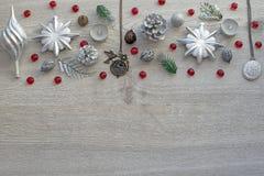 Комплект ювелирных изделий для женщин на деревянном подносе в форме сердца Стоковое Фото