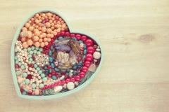 Комплект ювелирных изделий для женщин на деревянном подносе в форме сердца Стоковые Изображения