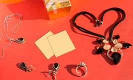 Комплект ювелирных изделий свадьбы и желтый стикер напоминания Стоковая Фотография