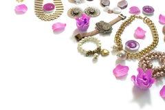 Комплект ювелирных изделий ` s женщин в винтажных серьгах цепи браслета жемчуга камеи ожерелья стиля на белой предпосылке Стоковые Фото