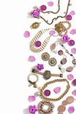 Комплект ювелирных изделий ` s женщин в винтажных серьгах цепи браслета жемчуга камеи ожерелья стиля на белой предпосылке Стоковое Фото