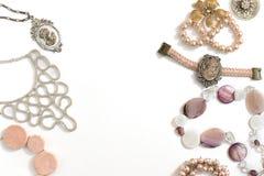 Комплект ювелирных изделий ` s женщин в винтажных серьгах цепи браслета жемчуга камеи ожерелья стиля на белой предпосылке Стоковые Фотографии RF